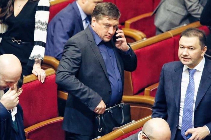 Роман Іванісов (у центрі) в Раді 14 січня, 2020.
