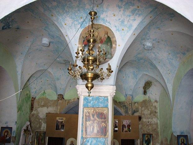 Готические своды, опирающиеся на столб в центре помещения. Такого нет ни в одной другой церкви