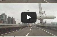 Пасажирський літак упав у річку в столиці Тайваню: 23 жертви (оновлено)