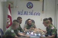 Военный из ВМС Таиланда вернулся на горящий корабль, чтобы спасти четырех котов