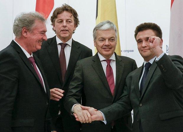 Справа налево:Павел Климкин, министр иностранных дел Бельгии Дидье Рейндерс, его коллеги Берт Кундерс из Нидерландов и Жан Ассельборн из Люксембурга во время визита в Украину в ноябре 2015 г.