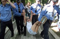 Милиция унесла активисток Femen с митинга