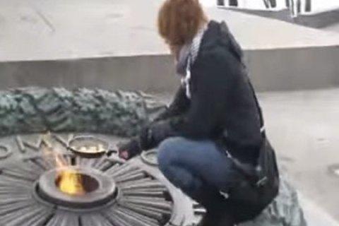 ЕСПЧ присудил €4000 участнице акции по приготовлению яичницы на Вечном огне в Киеве