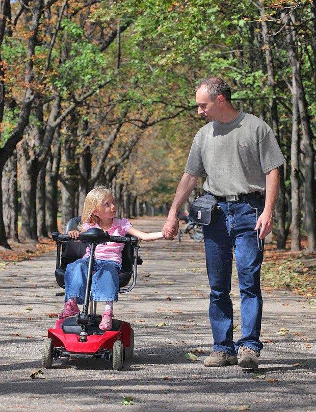 Виталий часто гуляет с дочерью в парке