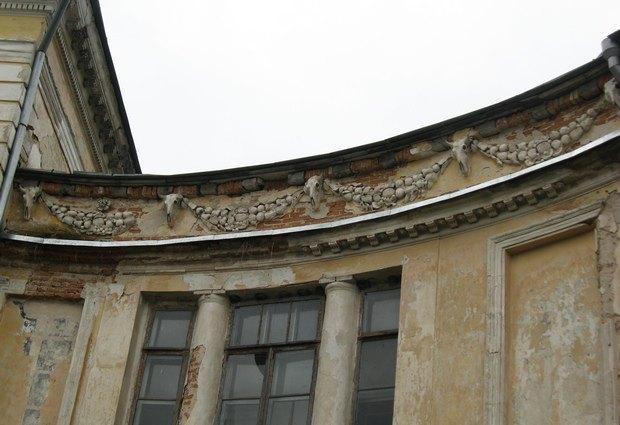 Палац 1780 р. у Вороновиці. Деталь парадного фасаду.
