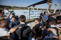 Зеленский удивился стоимости моста в Запорожье и привязке цен к доллару
