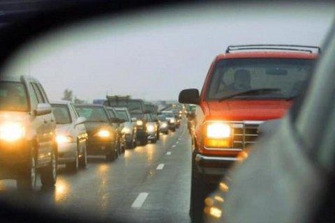 С сегодняшнего дня водители должны включать фары за городом
