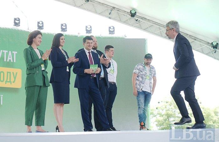 Олександр Ткаченка (справа) під час з'їзду партії