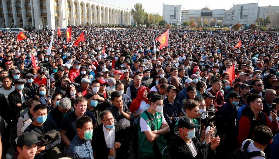 Митинг оппозиции перед здание парламента в Бишкеке, 5 октября 2020