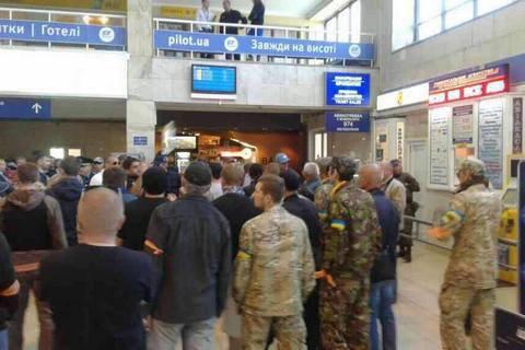 Бойка і Новинського заблокували в одеському аеропорту