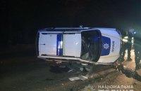 У Харкові поліцейський автомобіль наїхав на бордюр і перевернувся