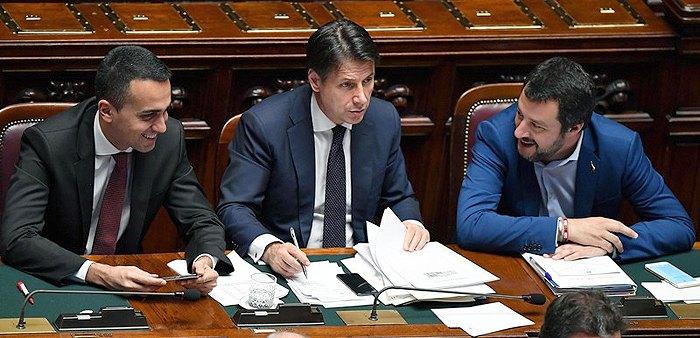 Премьер-министр Италии Джузеппе Конте (в центре), министр внутренних дел Маттео Сальвини (справа) и министром труда Луиджи Ди Майо в парламенте, Рим, 06 июня 2018.