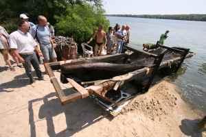 На Хортиці з дна Дніпра підняли старовинний човен