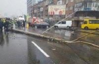 В Киеве автомобиль BMW на большой скорости сбил троллейбусную опору