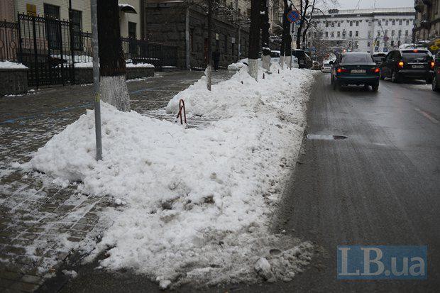 Тротуарам на улице Пушкинской повезло немного больше, но не везде