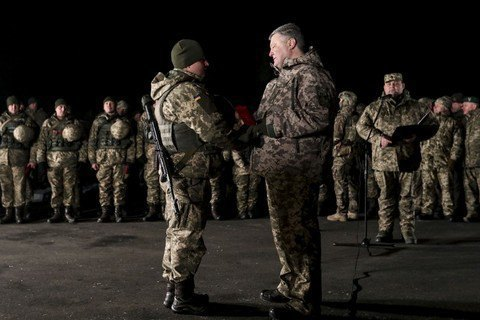 Винуватих у проблемах з перевезенням військових, нагороджених Порошенком, покарають