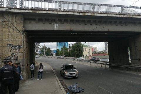 В Киеве с железнодорожного моста упал мужчина