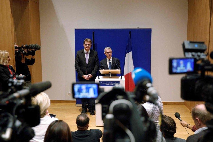 Прокурор Жан-Франсуа Рікар (за трибуною)