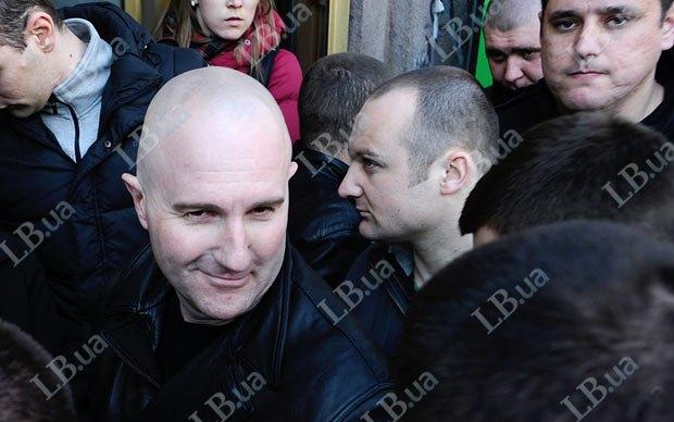Тот же мужчина(слева) на акции в апреле 2012-го