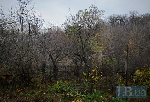 Так выглядел участок под застройку в 2013. Сейчас к нему нет доступа, он находится за забором