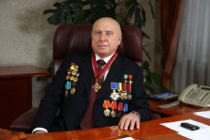Стало известно, кто подарил Януковичу золотой батон