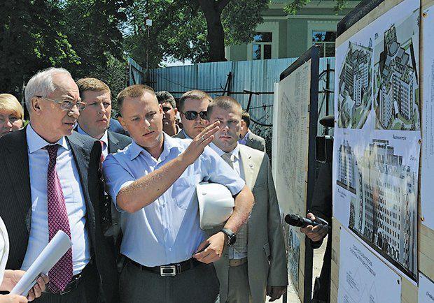 Прем`єр Азаров розглядає проект лікарні майбутнього