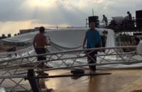 На фестивале под Одессой из-за шторма обвалилась сцена (обновлено)