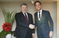 Порошенко обсудил с Рютте санкции против РФ и пригласил его в Украину