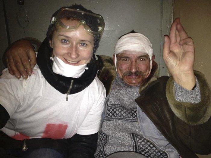 Катерина Корнiйко з одним з поранених на Банковій 1 грудня 2013 року. Катерина каже, що навіть не може пригадати, звідки в неї на обличчі взялася скляна маска.