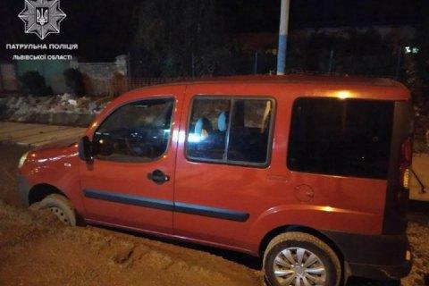 У Львові п'яний водій Fiat застряг у свіжому бетоні