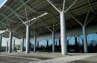 Чоловік на мікроавтобусі збив шлагбаум в аеропорту Одеси і почав кричати, що термінал заміновано (оновлено)