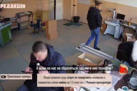 В Одессе при обыске полицейские присвоили вещи сотрудников предприятия и ели их печенье