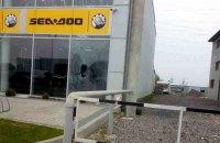У Мукачевому розбили вітрину магазину гранатою з невисмикнутою чекою