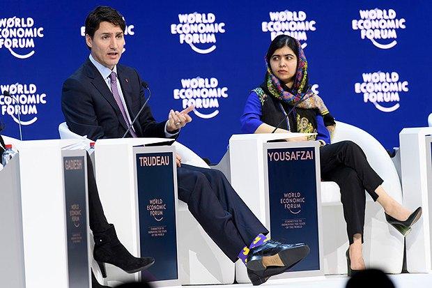 Премьер-министр Канады Джастин Трюдо и лауреат Нобелевской премии мира Малала Юсуфзай во время пленарного Всемирного экономического форума в Давосе, 25 января 2018.