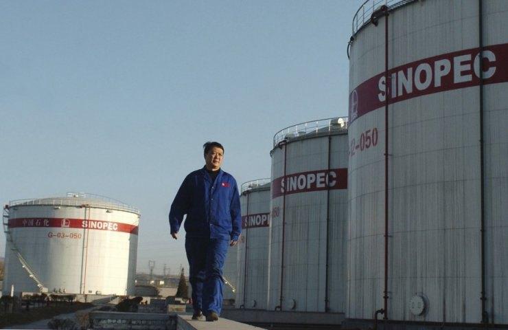 Працівник на найбільшій нафтогазовій компанії Азії Sinopec. Компанія планує витратити 30 мільярдів юанів (4,6 млрд доларів) на водневу енергетику, щоб стати найбільшим постачальником водню в світі до 2025 р.
