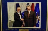 """Министр обороны США подарил Порошенко фото с надписью """"От патриота - патриоту"""""""