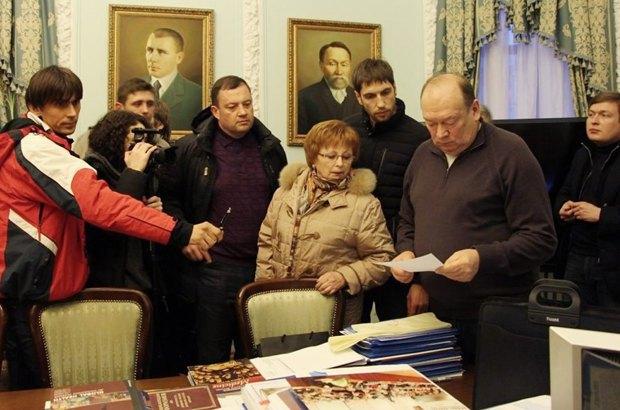 Март 2014 г. Москаленко (второй справа) в своем кабинете и активисты, добивающиеся его отставки