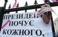 """В Киеве противники закона о клевете """"отрезали язык"""" журналистике"""