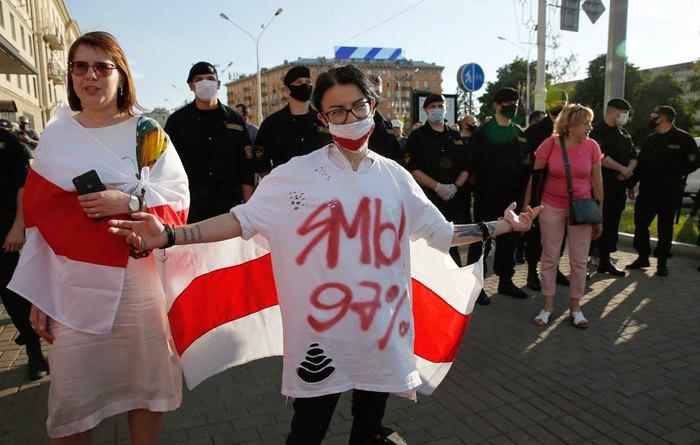 Кандидат в президенты Республики Беларусь Анна Канопацкая (слева) во вреся митинга оппозиции в Минске