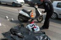 В Киеве грузовик сбил мотороллер, погибла девушка