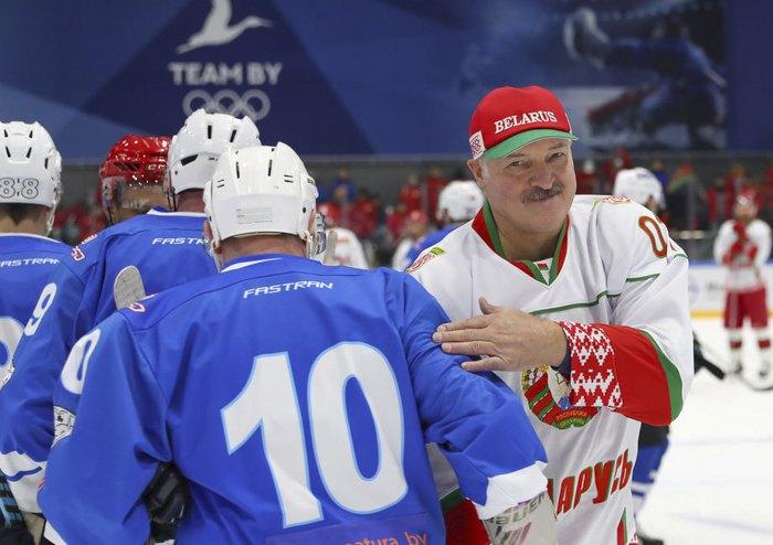 Александр Лукашенко приветствует игроков после хоккейного матча в Минске, Беларусь, 4 апреля 2020 года. Беларусь также не приостанавливала спортивные игры из-за возможной пандемии коронавируса COVID19.