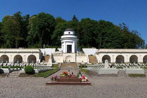 Польща відмовилася від зображення львівського Меморіалу орлят на своїх паспортах