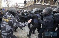 Возле Соломенского суда подрались националисты и полиция