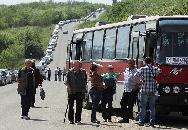 Очередь автомобилей и автобусов, едущих из зоны АТО, в Горловке