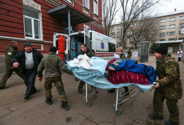 Раненый в Дебальцево боец у госпиталая в Артемовске