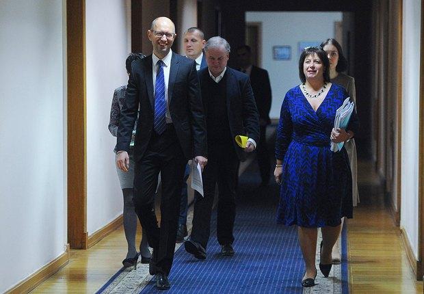 На первом плане премьер Украины Арсений Яценюк и министр финансов Наталья Яресько, которая играла большую роль в переговорах с украинскими кредиторами