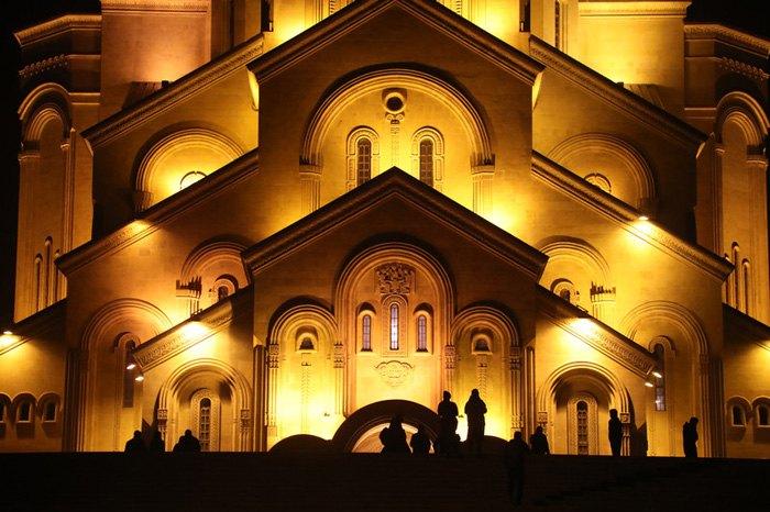 Верующие собираются на рождественскую мессу в Троицком соборе, Тбилиси, 6 января 2019.