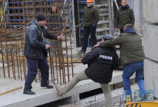 """Фотограф Макс Требухов в куртке с надписью """"PRESS"""""""