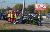 В Киеве автомобиль врезался в фонарный столб: 2 погибших, 4 раненых (обновлено)