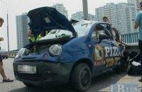 Микроавтобус в Киеве перевернул автомобиль доставки пиццы